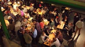 WARSZAWA POLEN - DECEMBER, 21, 2016 Folk som äter i kafét sikten 4K från över sköt arkivfilmer