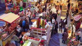 WARSZAWA POLEN - DECEMBER, 18, 2016 Julbazar i typisk modern shoppinggalleria Arkivbild