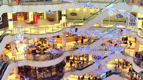 WARSZAWA POLEN - DECEMBER, 18, 2016 Julförsäljning på den typiska moderna köpcentret Arkivfoto