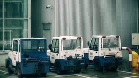 WARSZAWA POLEN - DECEMBER 25, 2017 Parkerat bogsera traktorer MULAG på Chopin den internationella flygplatsen Arkivbild