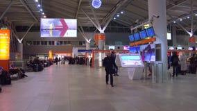 WARSZAWA POLEN - DECEMBER, sköt 24 Steadicam av område för incheckning för terminal för internationell flygplats video 4K arkivfilmer