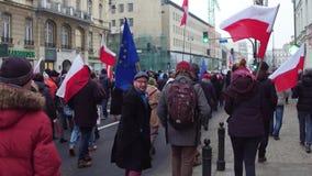 WARSZAWA POLEN - DECEMBER, 17, 2016 Tränga ihop med polska och europeiska fackliga flaggor som marscherar i gatan Arkivfoto
