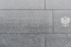 Warszawa Polen, 17 februari 2019: Minnes- monument till offren av tragedin i Smolensk p? April 10 fotografering för bildbyråer