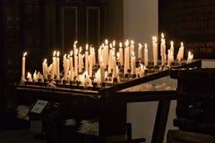 WARSZAWA POLEN - JANUARI 01, 2016: Brännande stearinljus i den gotiska St John `en s Archcathedral kyrktar Arkivbilder