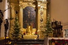 WARSZAWA POLEN - JANUARI 02, 2016: Huvudsakligt altare av Roman Catholic Church av den heliga cent för kors XV-XVI Royaltyfri Fotografi