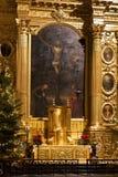WARSZAWA POLEN - JANUARI 02, 2016: Huvudsakligt altare av Roman Catholic Church av det heliga korset XV-XVI c i julpynt Fotografering för Bildbyråer