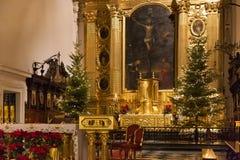 WARSZAWA POLEN - JANUARI 02, 2016: Huvudsakligt altare av Roman Catholic Church av det heliga korset XV-XVI c i julpynt Royaltyfri Fotografi