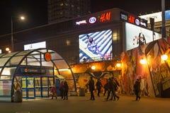 WARSZAWA POLEN - JANUARI 02, 2016: Ingång till centrumen för tunnelbanastation på vinternatten Royaltyfria Bilder