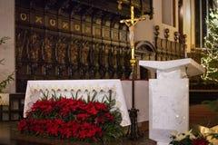 WARSZAWA POLEN - JANUARI 01, 2016: Inre av den gotiska St John `en s Archcathedral i julgarnering royaltyfri fotografi