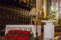 WARSZAWA POLEN - JANUARI 01, 2016: Inre av den gotiska St John `en s Archcathedral i julgarnering arkivfoton