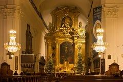 WARSZAWA POLEN - JANUARI 02, 2016: Inre av Roman Catholic Church av det heliga korset i julpynt Arkivbilder