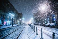 Warszawa Polen - Januari 19th 2018: En kraftig snöstorm en natt i Warszawa Arkivfoton