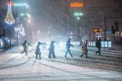 Warszawa Polen - Januari 19th 2018: En kraftig snöstorm en natt i Warszawa Arkivfoto