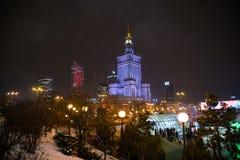 Warszawa Polen - Januari 19th 2018: Slottbyggnad i en vinterafton Arkivfoton