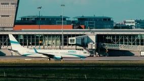WARSZAWA POLEN - JUNI 15, 2018 SP-ENN skriver in att åka taxi för det luftBoeing 737-8CX flygplanet Arkivfoto