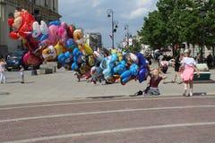 Warszawa Polen - MAJ 1, 2018: F?rgrik rolig gataplats med ballons royaltyfria foton