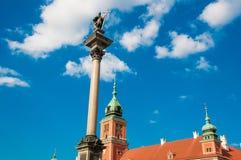 Warszawa Polen - Maj 2019: Gammal stad, slottfyrkant Plac Zamkowy, kunglig slott och kolonn f?r konung Sigmunds Flyg- sikt, bl? h royaltyfria foton