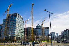 Warszawa Polen, mars 10, 2019: Massor av tornonstructionplats med kranar och byggande med bakgrund för blå himmel arkivfoto
