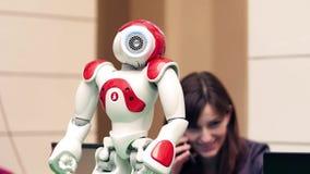 WARSZAWA POLEN - MARS, 4, 2017 Rolig robot på robotteknikshowen video 4K Royaltyfria Foton
