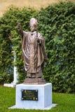 Warszawa Polen, mars 8, 2019: Staty av påven John Paul II nära alla helgons kyrka royaltyfri foto