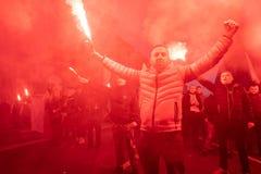 Warszawa Polen - November 11, 2018: 200 000 deltog i självständighetmars på den 100. årsdagen av Polen självständighet fotografering för bildbyråer