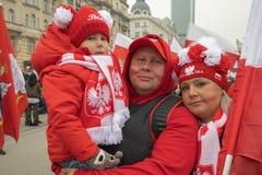 Warszawa Polen - November 11, 2018: Många familjer deltog i självständighetmars arkivfoto