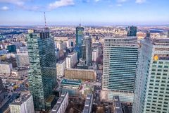 Warszawa/Polen - 02 17 2016: Panoramautsikt på de moderna arkitekturbyggnaderna Royaltyfri Fotografi