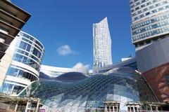 Warszawa Polen - September 13, 2017: Det glass taket av en modern shoppinggalleria kallade Guld- Terrassera Zlote Tarasy och Royaltyfria Bilder