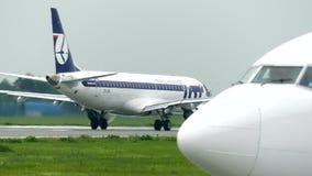 WARSZAWA POLEN - SEPTEMBER 8, 2017 Embraer start för kommersiell nivå för 195 LOTTpolermedelflygbolag från flygplatsen Arkivbild
