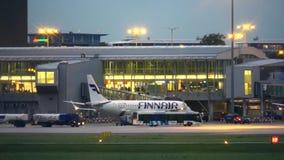 WARSZAWA POLEN - SEPTEMBER 14, 2017 Finnair Oyj kommersiellt flygplanlogi på den internationella Chopin flygplatsen Arkivbilder