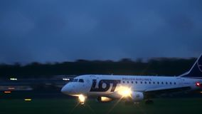 WARSZAWA POLEN - SEPTEMBER 14, 2017 LOT Polish Airlines Embraer ERJ-170STD kommersiell flygplanlandning Chopinen Royaltyfria Foton
