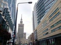 WARSZAWA POLEN - SEPTEMBER 24, 2017, perspektivsikt av de moderna byggnaderna i Warszawacentret, Polen Arkivfoto