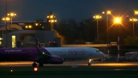 WARSZAWA POLEN - SEPTEMBER 14, 2017 Wizz Air kommersiellt flygplan som åker taxi på flygplatsen på natten Fotografering för Bildbyråer