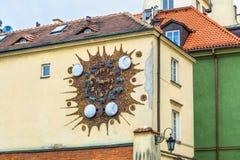 Warszawa, Polska †'Maj 07, 2017: Antyczny zegar z zodiakiem podpisuje wewnątrz Warszawa Ulica w starym miasteczku Warszawa Zdjęcie Royalty Free