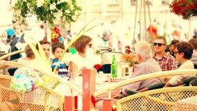 WARSZAWA POLSKA, CZERWIEC, - 10, 2017 Lato taras rodzinna restauracja w starym miasteczku Obrazy Royalty Free