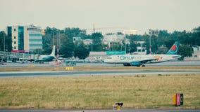WARSZAWA POLSKA, CZERWIEC, - 15, 2018 TC-OBS Onur Air Aerobus A320-232 samolotowy taxiing Obrazy Stock