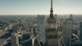 WARSZAWA POLSKA, CZERWIEC, - 5, 2019 Widok z lotu ptaka sławny pałac kultura i nauka wśród pejzażu miejskiego zdjęcie wideo