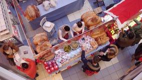 WARSZAWA POLSKA, GRUDZIEŃ, -, 18, 2016 Bożenarodzeniowy bazar budka z chleba i ogórka kanapkami Odgórny widok Zdjęcie Stock