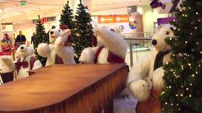 WARSZAWA POLSKA, GRUDZIEŃ, -, 18, 2016 Zabawkarscy niedźwiedzi polarnych boże narodzenia skrzykną jako dekoracja w nowożytnym zak zbiory