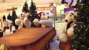 WARSZAWA POLSKA, GRUDZIEŃ, -, 18, 2016 Zabawkarscy niedźwiedzi polarnych boże narodzenia skrzykną jako dekoracja w nowożytnym zak Zdjęcie Stock