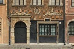 WARSZAWA POLSKA, MAJ, - 12, 2012: Czerep fasada jeden dziejowi budynki w starej części Warszawski kapitał Polska zdjęcia stock