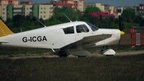 WARSZAWA POLSKA, MAJ, -, 13, 2017 Telephoto obiektywu strzał dudziarza PA-28-140 światła śmigłowy samolotowy start Zdjęcie Royalty Free