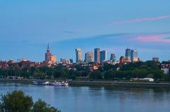 Warszawa Polska, Maj, - 25, 2016: Zmierzch w centrum stolica z drapaczami chmur i dziejowym starym miasteczkiem Fotografia Stock