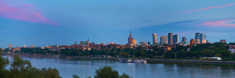 Warszawa Polska, Maj, - 25, 2016: Zmierzch w centrum stolica z drapaczami chmur i dziejowym starym miasteczkiem zdjęcia stock