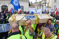 Warszawa, Polska, Październik/- 02 2018: Demonstracja, obywatela funkcjonariuszi policji protest obrazy royalty free