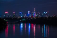 Warszawa, Polska, Październik/- 7 2018 Noc widok na w centrum miasto budynkach z kolorowym światła odbiciem w rzece zdjęcie stock
