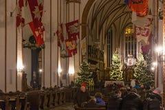 WARSZAWA POLSKA, STYCZEŃ, - 01, 2016: Wnętrze gothic St John ` s Archcathedral w Bożenarodzeniowej dekoraci Zdjęcia Stock