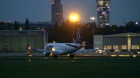 WARSZAWA POLSKA, WRZESIEŃ, - 14, 2017 UDZIAŁ Polskich linii lotniczych handlowy samolot taxiing przy lotniskiem przy nocą Fotografia Royalty Free