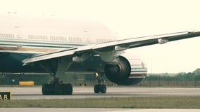 WARSZAWA POLSKA, WRZESIEŃ, - 8, 2017 Uprzywilejowywa Stylowego Boeing 777-28EP handlowego samolot taxiing przy lotniskiem zdjęcie wideo