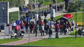 WARSZAWA POLSKA, WRZESIEŃ, - 28, 2017 Ludzie chodzi blisko fasta food kramu w miasto parku Obraz Royalty Free